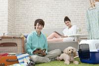 旅行の準備をするカップルと犬 07800054344| 写真素材・ストックフォト・画像・イラスト素材|アマナイメージズ