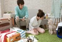 犬とおもちゃで遊ぶカップル