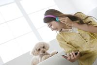 音楽を聴く女性と犬