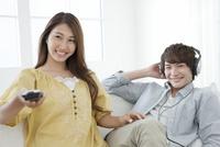 テレビを見るカップル 07800054382| 写真素材・ストックフォト・画像・イラスト素材|アマナイメージズ