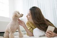 笑顔の女性と犬 07800054385| 写真素材・ストックフォト・画像・イラスト素材|アマナイメージズ