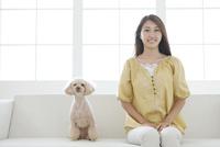 笑顔の女性と犬 07800054403| 写真素材・ストックフォト・画像・イラスト素材|アマナイメージズ