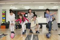 ボウリングをする若者5人