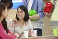 タブレットPCを持つ笑顔の女性