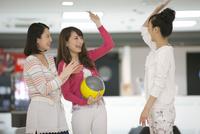 ボウリングをする若者3人 07800054441| 写真素材・ストックフォト・画像・イラスト素材|アマナイメージズ