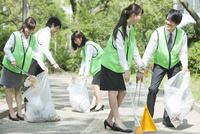 清掃活動をするビジネスマンとビジネスウーマン