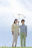 日傘を指す男女