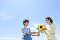 花を渡す男性と女性