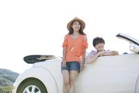 車に乗る男性と女性