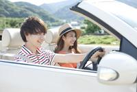 車に乗る男女 07800054625| 写真素材・ストックフォト・画像・イラスト素材|アマナイメージズ