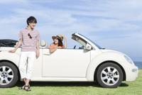 車に乗る女性と男性