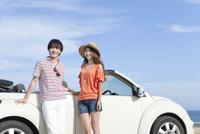 車と笑顔の男女