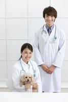 犬と笑顔の獣医 07800054637| 写真素材・ストックフォト・画像・イラスト素材|アマナイメージズ