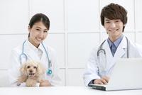犬と笑顔の獣医 07800054638| 写真素材・ストックフォト・画像・イラスト素材|アマナイメージズ