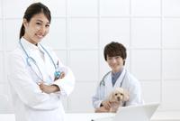 犬と笑顔の獣医 07800054639| 写真素材・ストックフォト・画像・イラスト素材|アマナイメージズ