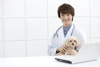 犬と笑顔の獣医 07800054642| 写真素材・ストックフォト・画像・イラスト素材|アマナイメージズ