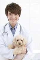 犬と笑顔の獣医 07800054648| 写真素材・ストックフォト・画像・イラスト素材|アマナイメージズ