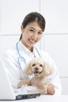 犬と笑顔の獣医 07800054660| 写真素材・ストックフォト・画像・イラスト素材|アマナイメージズ