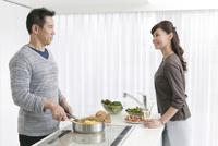 調理をする夫と妻