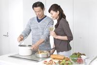 調理をする夫と妻 07800054680| 写真素材・ストックフォト・画像・イラスト素材|アマナイメージズ