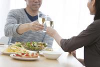 シャンパングラスで乾杯する中高年夫婦