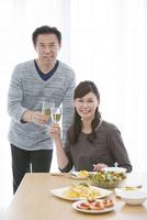 シャンパングラスを持つ笑顔の中高年夫婦 07800054705| 写真素材・ストックフォト・画像・イラスト素材|アマナイメージズ