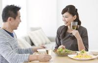 シャンパングラスを持つ妻と夫