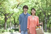 並木道に立つカップル