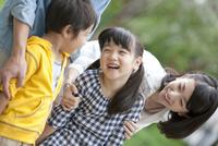 笑顔の4人家族 07800054912| 写真素材・ストックフォト・画像・イラスト素材|アマナイメージズ