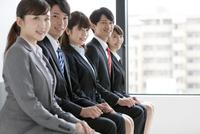 椅子に座る5人のビジネスマン 07800055010| 写真素材・ストックフォト・画像・イラスト素材|アマナイメージズ