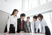 会議をする5人のビジネスマン