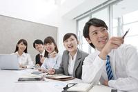 会議をする5人のビジネスマン 07800055044| 写真素材・ストックフォト・画像・イラスト素材|アマナイメージズ