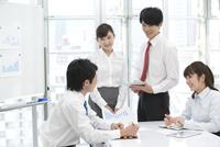 会議をする4人のビジネスマン
