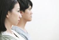 女性と男性の横顔