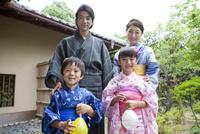 浴衣姿の日本人家族 07800055350| 写真素材・ストックフォト・画像・イラスト素材|アマナイメージズ