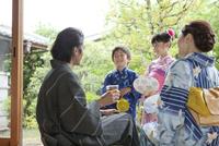 縁側で話す浴衣姿の日本人家族 07800055360| 写真素材・ストックフォト・画像・イラスト素材|アマナイメージズ