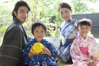 縁側に座る浴衣姿の日本人家族 07800055367| 写真素材・ストックフォト・画像・イラスト素材|アマナイメージズ