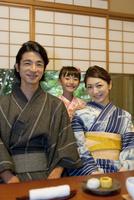 浴衣姿の日本人家族
