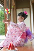 紙風船で遊ぶ日本人女の子 07800055380| 写真素材・ストックフォト・画像・イラスト素材|アマナイメージズ