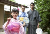 浴衣姿の日本人家族 07800055420| 写真素材・ストックフォト・画像・イラスト素材|アマナイメージズ