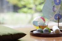縁側の和菓子と冷茶