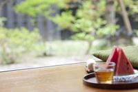 縁側のスイカと冷茶