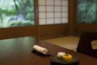 座卓に置かれた和菓子とおしぼり