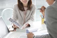 打ち合わせをする男女のビジネスマン 07800055546| 写真素材・ストックフォト・画像・イラスト素材|アマナイメージズ