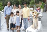 犬と3世代家族 07800055555| 写真素材・ストックフォト・画像・イラスト素材|アマナイメージズ