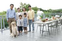 犬と3世代家族 07800055557| 写真素材・ストックフォト・画像・イラスト素材|アマナイメージズ