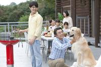 バーベキューをする3世代家族 07800055561| 写真素材・ストックフォト・画像・イラスト素材|アマナイメージズ