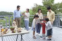 バーベキューをする3世代家族 07800055563| 写真素材・ストックフォト・画像・イラスト素材|アマナイメージズ