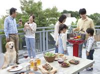 バーベキューをする3世代家族 07800055564| 写真素材・ストックフォト・画像・イラスト素材|アマナイメージズ