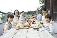 テラスで食事する3世代家族 07800055566| 写真素材・ストックフォト・画像・イラスト素材|アマナイメージズ